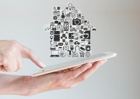 스마트 홈 자동화 및 이동성 개념 태블릿을 손에 들고