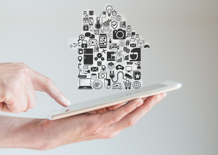 domotique: Mains tenant tablette avec la domotique intelligente et Mobilit� Concept