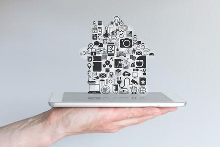 Domotique intelligente et le concept de l'informatique mobile avec le comprimé de tenir la main de sexe masculin Banque d'images