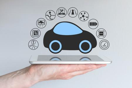 Autonoma auto auto-guida driverless Collegato al dispositivo portatile Archivio Fotografico