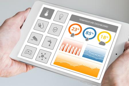 스마트 홈 자동화 제어 대시 보드는 집 또는 아파트에서 장치 및 센서를 스마트합니다. 손 현대 태블릿을 들고. 스톡 콘텐츠