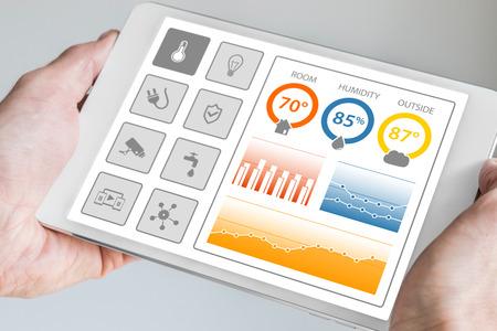 Smart Home Automation Control-Dashboard-Geräte und Sensoren im Haus oder eine Wohnung zu smart. Hand hält moderne Tablette.
