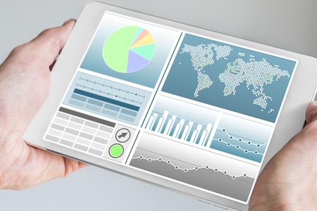 Business-Mann, moderne Tablette mit beiden Händen mit Business-Dashboard in neutraler Farbe