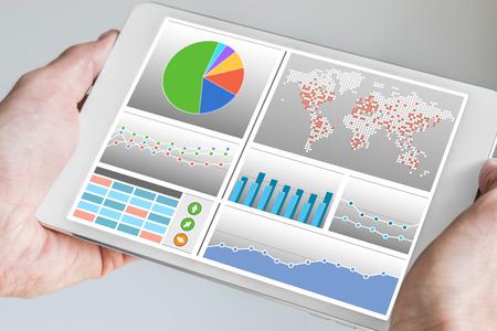 Geschäftsmann Tablette mit Armaturenbrett in seiner Hand hält. Dashboard zeigt Business-KPIs und Diagramme, um das Geschäft zu überwachen und zu steuern