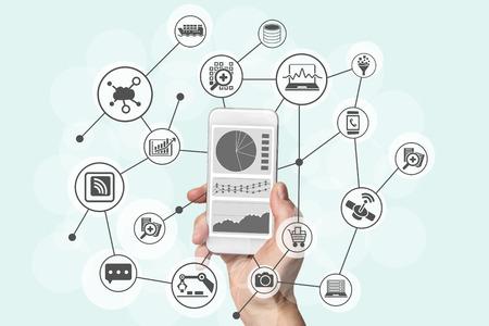 El análisis predictivo y el concepto de grandes volúmenes de datos con la mano que sostiene el teléfono inteligente moderno para analizar los datos de comercialización, compras, cloud computing y dispositivos móviles Foto de archivo