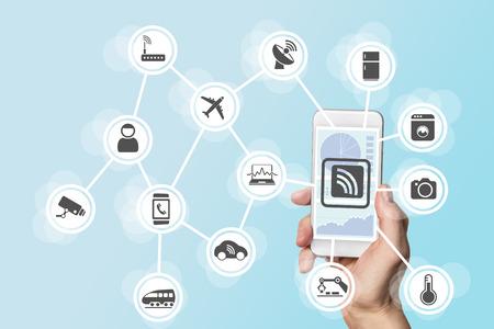 La digitalización y la movilidad concepto se ilustra con la mano que sostiene el teléfono inteligente moderno Foto de archivo