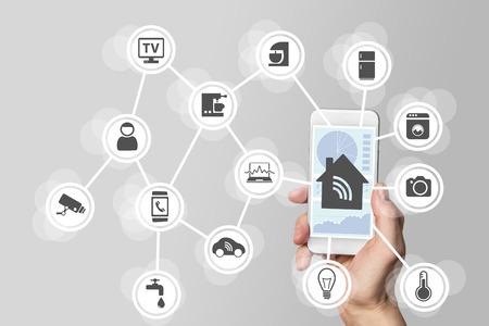 Smart home automation-concept geïllustreerd door de moderne smart phone Stockfoto