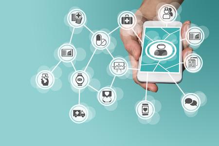 dotykový displej: Digitální a mobilní zdravotní koncepci s rukou drží chytrý telefon