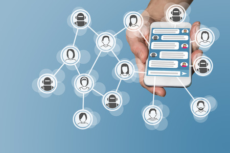 comunicar: concepto Chatbot con mensajería instantánea visualice en el teléfono inteligente