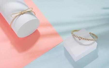Moderne goldene Armbänder mit Blätterschatten auf pastellfarbenem Hintergrund Standard-Bild