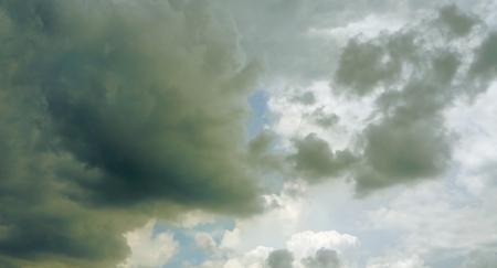비가 오기 전에 무거운 구름