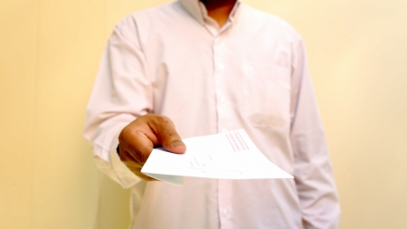 종이를 들고 남자 손의 사진
