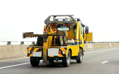 고속도로에서 자동차 캐리어 트럭