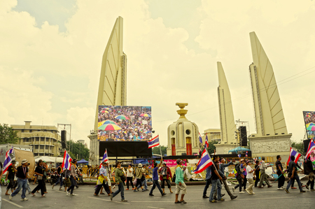 undemocratic: BANGKOK - NOVEMBER 26  5,000 of Thailand s protest at Democracy Monument against the government at Ratchadamnoen road on November 26, 2013 in Bangkok, Thailand