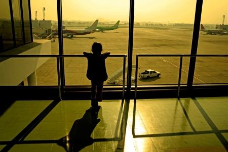 공항 창에서 어린 소녀의 실루엣 스톡 콘텐츠