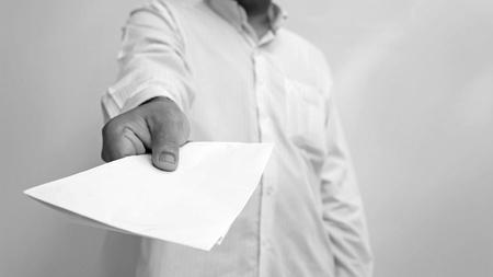 te negro: Empresario llegar los documentos a que en blanco y negro Foto de archivo
