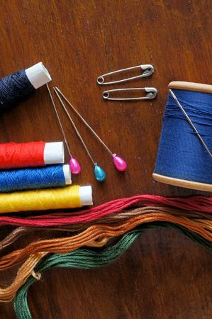 antique scissors: Elementi di cucito con un vintage tatto, filo, forbici antiche, spille e bottoni Archivio Fotografico
