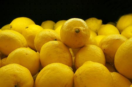 시장에서 레몬의 다채로운 표시