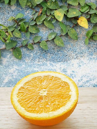 naranja fruta: frutas de color naranja en rodajas con la pared azul Foto de archivo