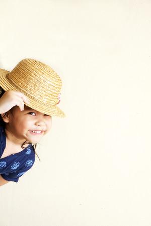 Kleines Mädchen versteckt und lächelnd Standard-Bild - 33845044