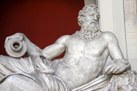 escultura romana: VATICANO - 18 de abril de 2015: Antiguo busto de Zeus en el Vaticano