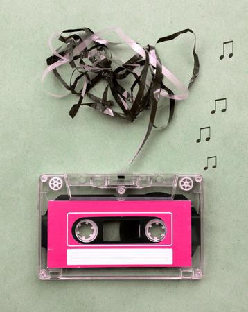 blow out: Vintage guardando cassette a nastro magnetico per la registrazione audio di musica con la canzone nota colpo fuori