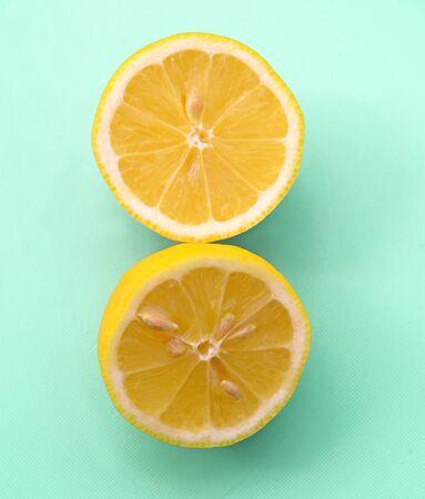 sliced lemon on pastel green background Stockfoto