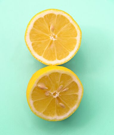 sliced lemon on pastel green background Banco de Imagens