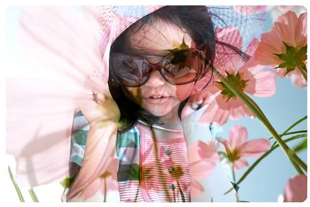 mignonne petite fille: Double portrait d'exposition de petite fille mignonne avec fleur de fond Banque d'images