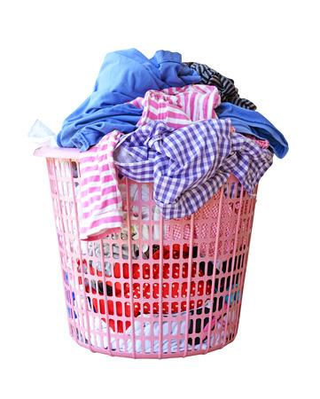 lavanderia: La ropa en un cesto de la ropa aislados sobre fondo blanco trazado de recorte