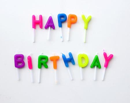 fond de texte: bougies color�es dans des lettres disant Joyeux anniversaire Banque d'images