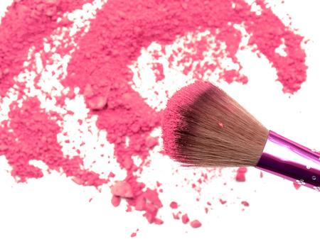maquillaje de ojos: Cepillo profesional del maquillaje en el arco iris aplastado sombra de ojos