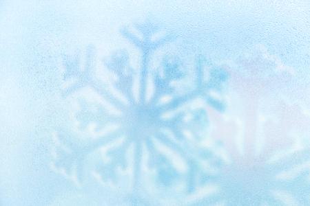 Blauw ijskoud water druppel met sneeuwvlok achtergrond. Winter vakantie.