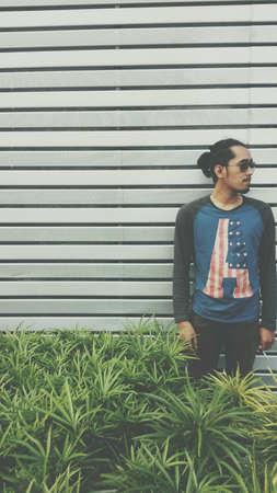 jeune mec: Jeune homme avec un b�ton de cigarette