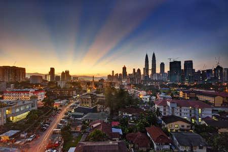 petronas: Kuala Lumpur horizonte al amanecer con bellas luces del cielo