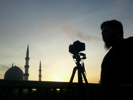 Silhouette of man and his camera, Masjid Sultan Salahuddin Abdul Aziz Shah, Malaysia Stock Photo