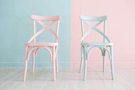 Vintage drewniane krzesło malowane w dwóch odcieniach na tle dwóch odcieni Zdjęcie Seryjne