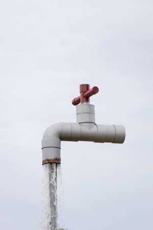 architettura della colonna d'acciaio del rubinetto della cascata con il fondo del cielo.