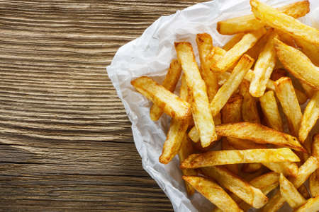 French fries on wooden table Stockfoto