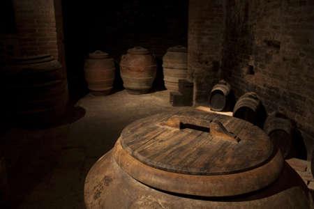 anforas: Ánforas de vino en una bodega de la Toscana Foto de archivo