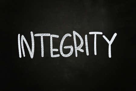 integridad: Integridad letras, escrito con tiza en la pizarra