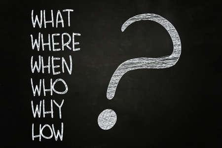 Wat, waar, wie, waarom, wanneer, hoe? geschreven met krijt op Blackboard Stockfoto