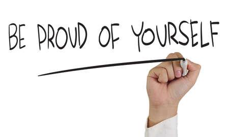 Business concept afbeelding van een hand die marker en schrijf Wees trots op jezelf op wit wordt geïsoleerd
