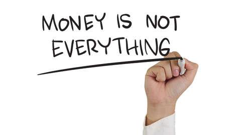 Imagen Concepto de negocio de un marcador de explotación de la mano y escribir el dinero no lo es todo aislado en blanco Foto de archivo - 32365194