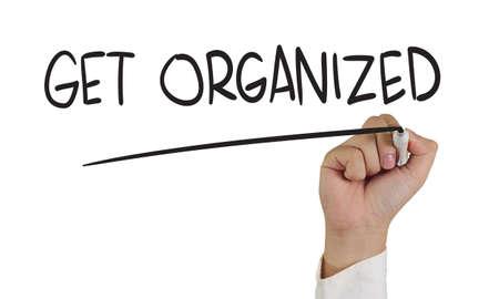 Business concept beeld van een hand houden marker en schrijven te organiseren op wit wordt geïsoleerd