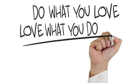 carta de amor: Imagen del concepto de motivaci�n de un marcador de explotaci�n de la mano y escribir Haz lo que amas aislado en blanco