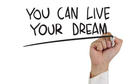 マーカーと白で隔離されるあなたの夢を生きることができます書き込みを持っている手のやる気を起こさせるコンセプト イメージ 写真素材