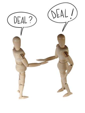 marioneta de madera: Dos maniquí de madera en estrechar la mano postura diciendo acuerdo aislado en blanco