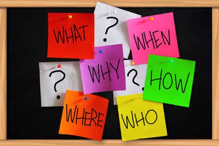 기본적인 질문의 개념 스티커 색깔의 종이에 작성
