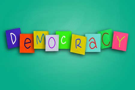 democracia: La palabra democracia escrito en papel de color pegajosa